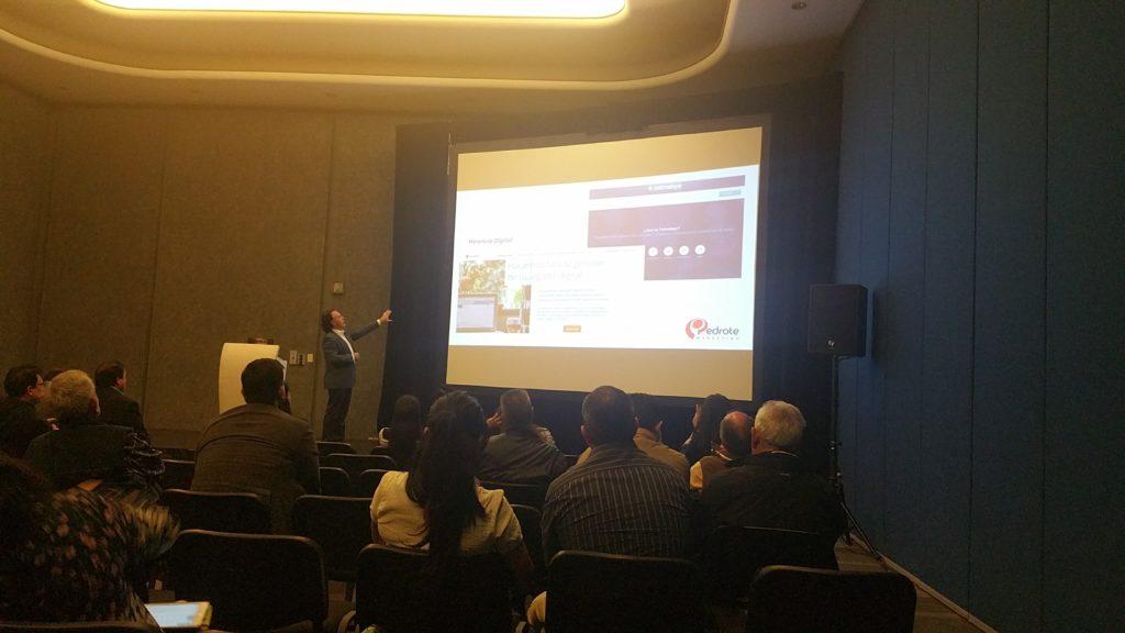 Sr. Ángel Pedrote explicando Tellmebye en su conferencia